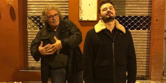 Con esta gracia flamenca imita el iracundo Rufián a la dulce Rosalía con ayuda del desangelado Tardà