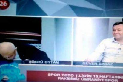 Sobrecogedor momento en que un presentador de noticias de TV sufre un infarto en directo