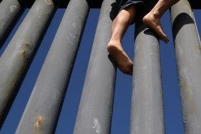Una inmigrante resulta herida al cruzar ilegalmente con sus dos hijos la frontera entre México y EE.UU.