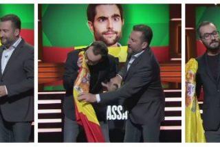 Patético intento del friki-bufón de TV3 por imitar a Dani Mateo esnifando sobre una bandera de España