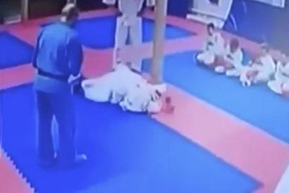 Este entrenador de kudo castiga a un alumno de nueve años con un patada en la cabeza