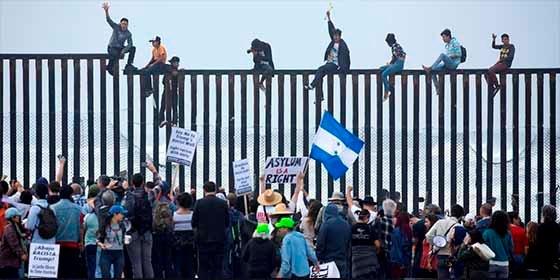 Vídeo: Los primeros migrantes de la caravana en llegar a la frontera de México con Estados Unidos