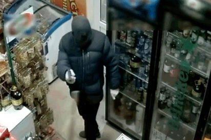 Esta empleada se enfrenta y vence con un palo a un ladrón armado