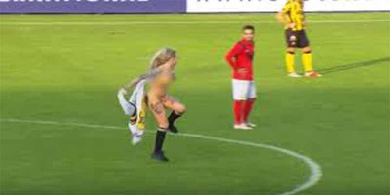 Un equipo de fútbol contrata a una stripper para distraer al equipo contrario