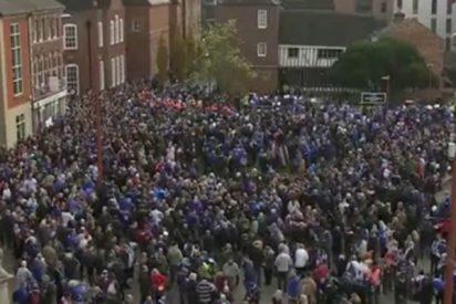 Miles de personas marchan en Leicester en recuerdo de las víctimas del helicóptero siniestrado