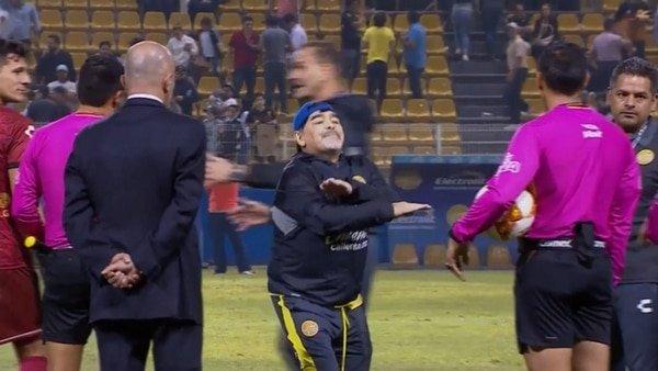 Maradona en la liguilla por el ascenso: Del baile alegre al ataque con furia contra el árbitro