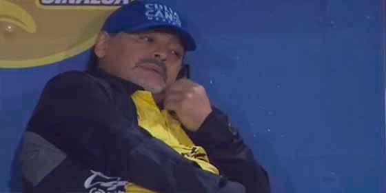 Se desveló el misterio: con quién hablaba Maradona por teléfono durante el partido con Dorados que lo enfureció