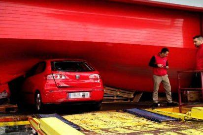 Unos osados aluniceros lanzan por el aire un coche desde un camión para robar