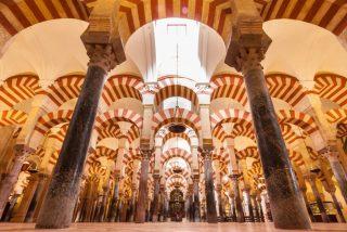 Demetrio entrega a Parolin el documento que consagra la propiedad de la mezquita de Córdoba
