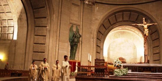 20-N: Así transcurrió la primera misa de aniversario sin Franco en el Valle de los Caídos