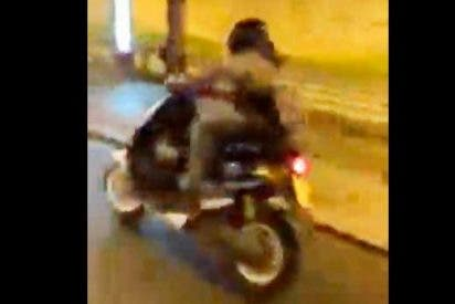 Un alocado motorista invade el carril bici y choca brutalmente contra una parada de autobús en Sevilla