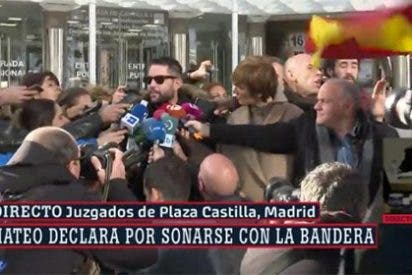 """Un espontáneo con una bandera de España achanta a Dani Mateo en la puerta de los juzgados: """"¡Malnacido, desgraciado!"""""""