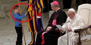 Este niño mudo la lía en una audiencia del papa Francisco en el Vaticano