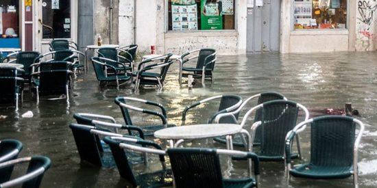 Mira cómo esta ola gigante rompe ventanas y provoca el caos en un restaurante italiano