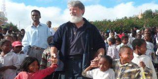 Nuevo libro del padre Opeka: testimonios de la ciudad construida sobre un vertedero