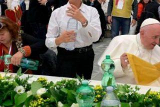 """El Papa Francisco almuerza con los pobres en el Vaticano: """"Que Dios nos ayude a seguir adelante"""""""