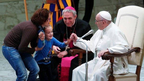 """Un niño rompe el protocolo en una audiencia papal y Francisco lo defiende: """"Es argentino... indisciplinado"""""""