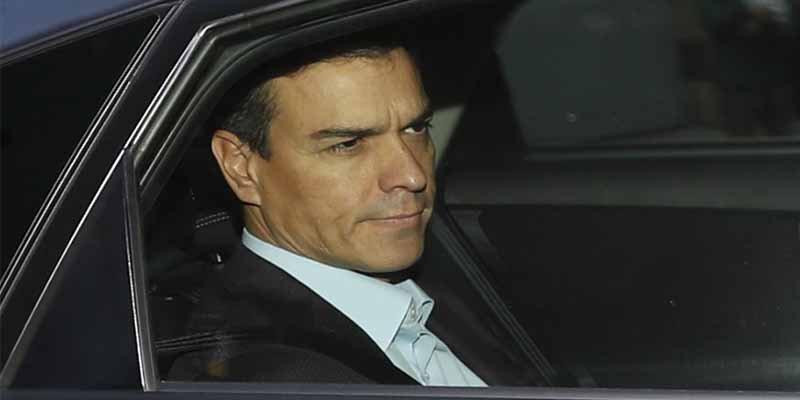 El País tapa con fuegos artificiales la bajada de pantalones de Sánchez con Gibraltar