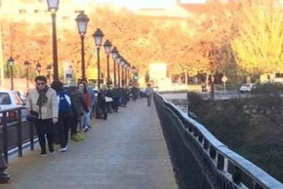 """El puente reformado por """"Puente"""" obliga a los peatones a ir agarrados y en fila india"""