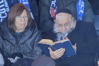 Pillan a este rabino leyendo un texto sagrado en pleno partido de fútbol y el video se viraliza