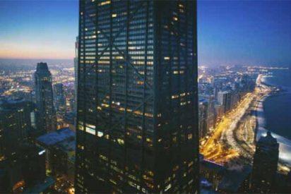 El ascensor del cuarto edificio más alto de Chicago cae 84 plantas y sus 6 ocupantes sobreviven