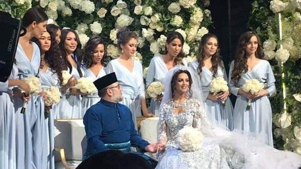 La sexy miss rusa que pasó de posar casi desnuda a convirtirse al islam para casarse con el rey de Malasia