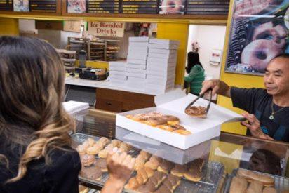 Vecinos compran cada mediodía todos los dónuts de esta tienda por esta tierna razón