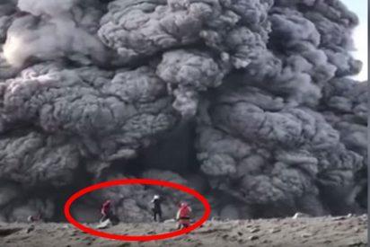 Estos senderistas imprudentes ascienden por un volcán activo y se acercan al cráter en plena erupción