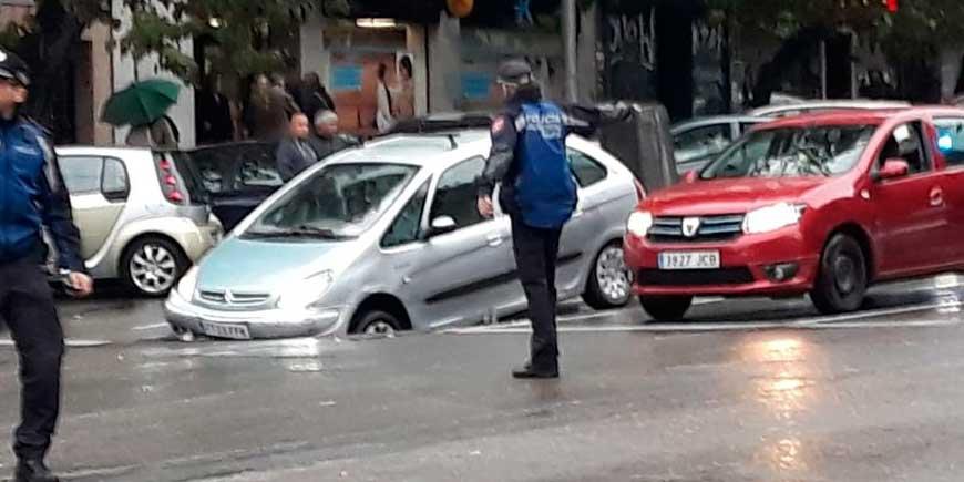 Un nuevo socavón en el madrileño barrio de la Elipa deja atrapado a un conductor