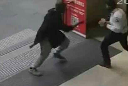 El brutal video que muestra como un policia manda al infierno al terrorista en Melbourne