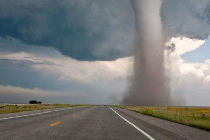 Una familia se topa con un enorme tornado en una carretera y pasa esto…
