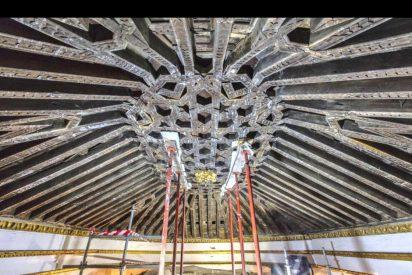 Descubren un artesonado del siglo XV en el falso techo de Santa María la Blanca