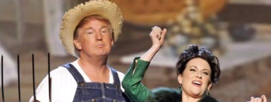 Cuando Donald Trump hacía el mamarracho en el escenario, vestido de granjero y cantando como una gallina afónica