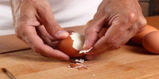 Este es el truco para pelar con maestría un huevo cocido