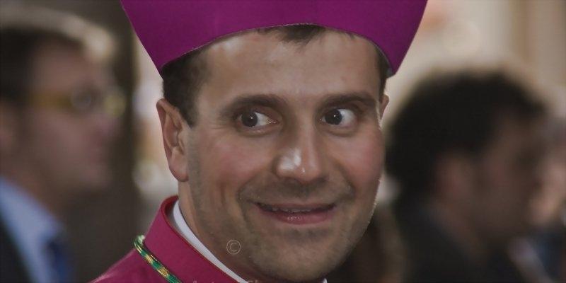 El culebrón del obispo de Solsona: la novia escribe novelas erótico-satánicas y hay quien apunta que está poseído
