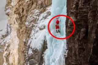 Pillan a Papá Noel escalando una catarata helada en Canadá