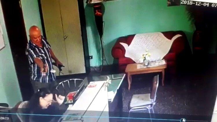 Un jefe dispara a la cabeza de su secretaria tres veces porque ella descubrió que él robaba a la empresa
