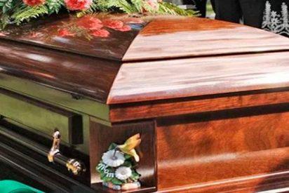 Vende entradas para su propio funeral con una finalidad sorprendente ¡Espectáculo incluido!
