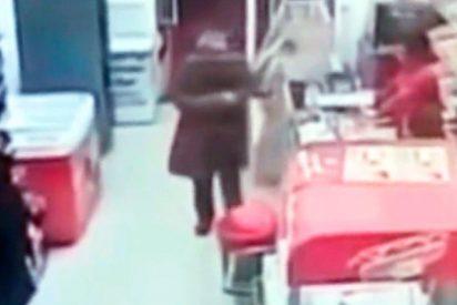 Dos ancianos cambian sus bastones por pistolas y atracan una tienda en Madrid