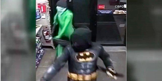 Batman y un marciano verde, atracan una tienda armados con una pistola y una espada