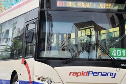 Pega y escupe al conductor de este autobús por no recogerlo en un semáforo en rojo
