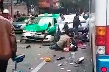 Un hombre secuestra un autobús y atropella a decenas de peatones: al menos 5 muertos y 21 heridos