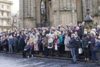 """Cientos de fieles protestan contra la pretensión de Munilla de convertir la diócesis """"en un negocio hotelero"""""""