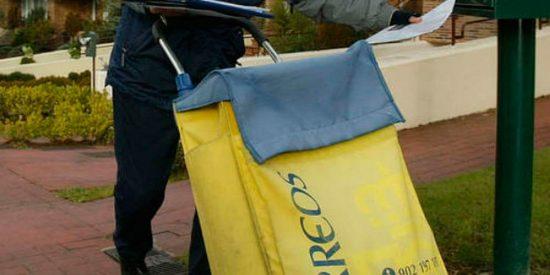 Una repartidora de Correos, investigada por tirar 150 cartas a la basura