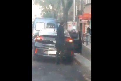 Un conductor de VTC orina en plena calle mientras recogía a un cliente