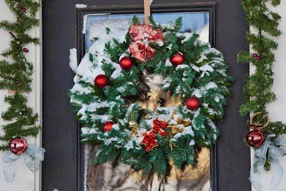 corona navideña con bolas rojas