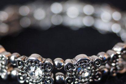 Un hombre encarga un brazalete de diamantes para su esposa y recibe una caja con 48 en su interior