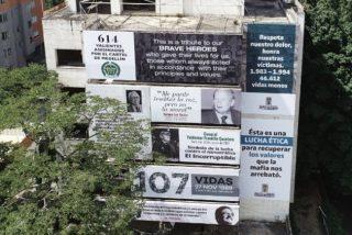 Empapelan un edificio Pablo Escobar con los rostros de las 46.612 víctimas del Cártel de Medellín