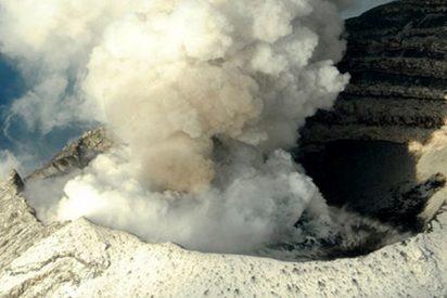 El volcán Popocatépetl entra en erupción y emite una fumarola de 2 kilómetro