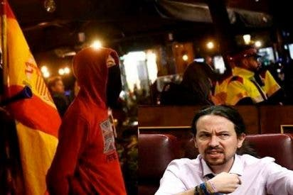 5 jóvenes con banderas y gritando '¡Viva España!' irrumpen en la presentación de un libro y a Pablo Iglesias le da el 'cagazo'